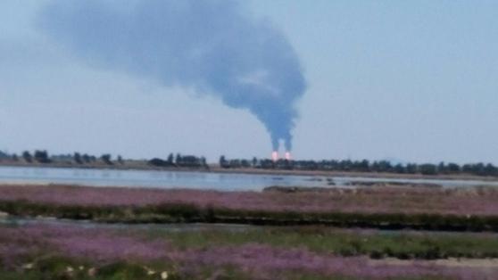 Paura al Petrolchimico, colonna di fumo nero visibile da Marghera a Chioggia