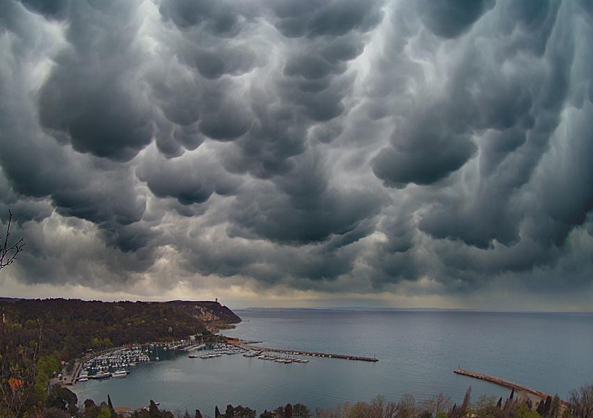 Meteo, ottobre inizia con pioggia e temporali: ecco la situazione -Previsioni