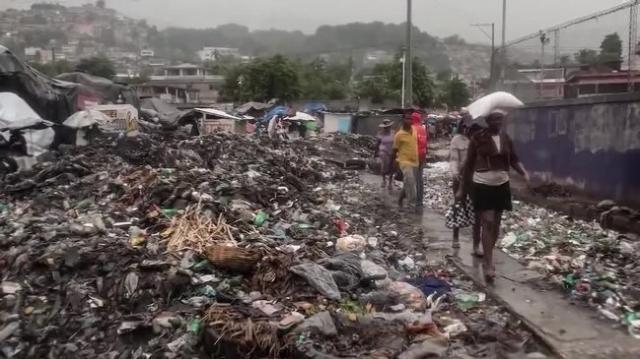 Uragano Matthew spaventa gli Usa. Haiti in ginocchio, 842 morti dimensione font +
