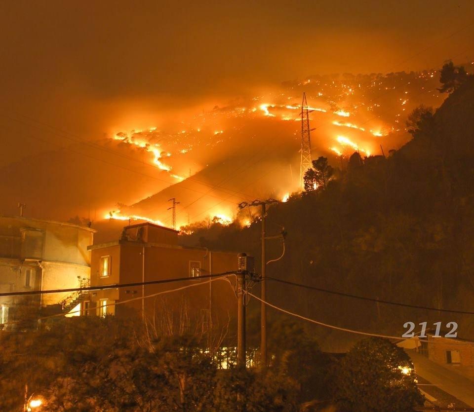 Nervi, chiusa l'A12 per incendi e fumo. Evacuati gli abitanti