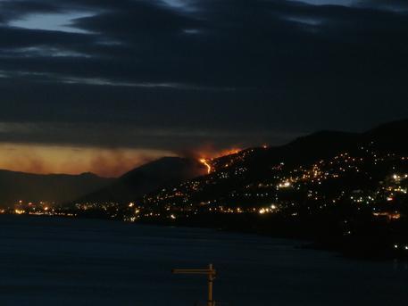 Incendio sulle alture di Genova: A12 chiusa, famiglie sfollate. Indagato un operaio
