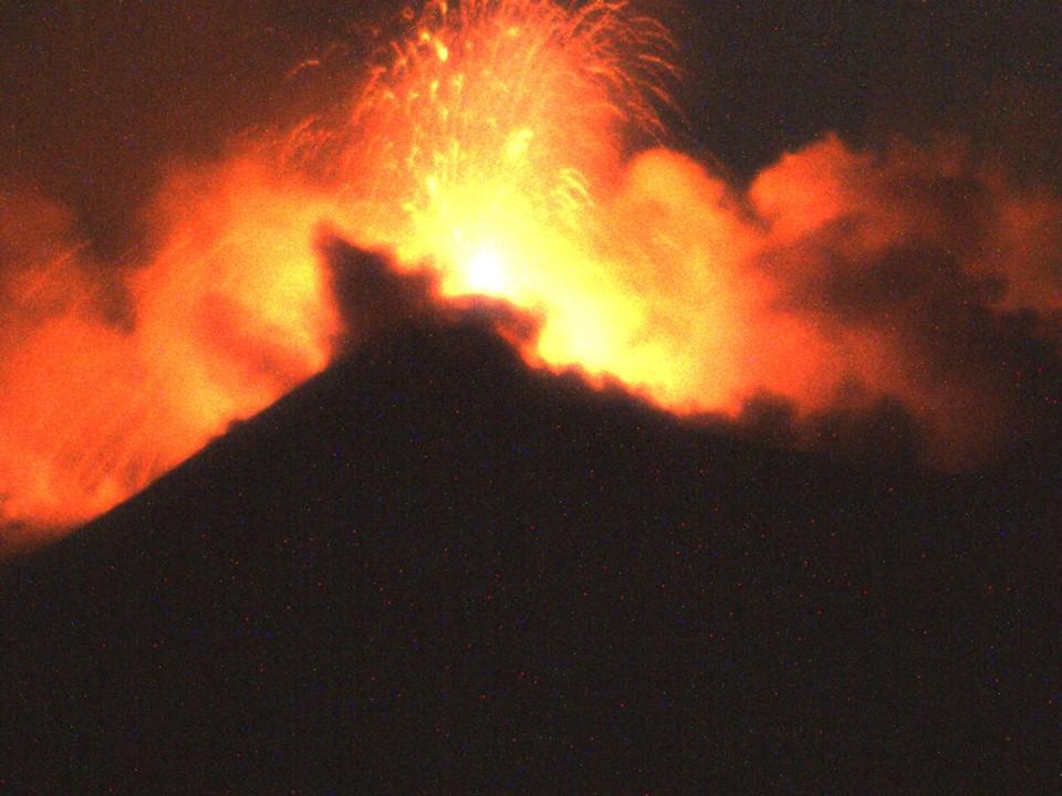Etna erutta ancora: lava ed esplosioni dal cratere sud-est FOTO