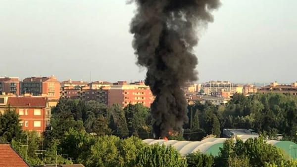 Forti boati e incendio a Cinisello Balsamo in un deposito camper