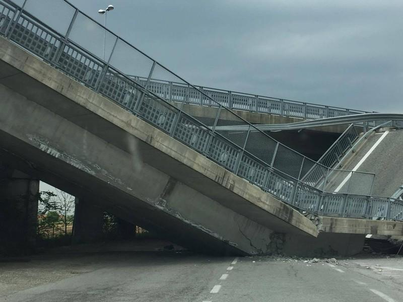Cuneo, ponte della tangenziale crolla su auto dei carabinieri