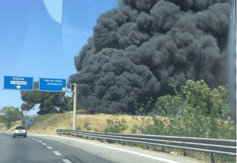 Nuovo incendio sulla Pontina, si sviluppa una grande nube nera