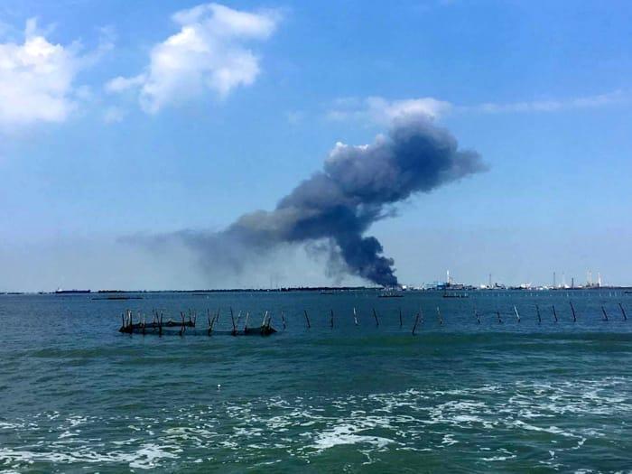 Incendio in un capannone di rifiuti a Marghera: densa colonna di fumo