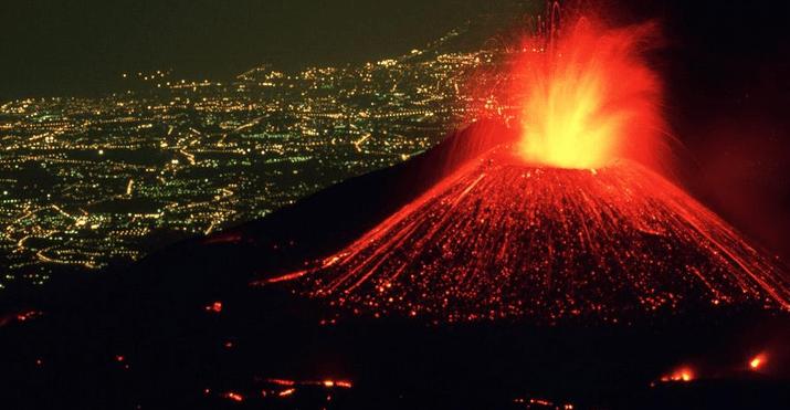 Eruzione Etna - scatto mozzafiato con Catania sullo sfondo (2013)