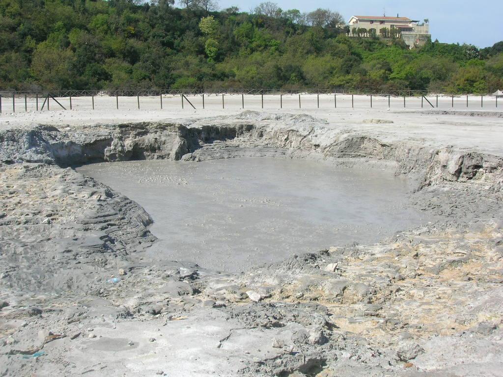 Si apre crepaccio alla Solfatara di Pozzuoli, morta famiglia di tre persone