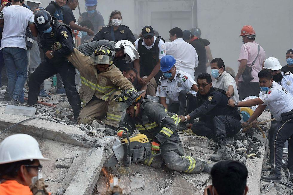 Terremoto Messico --- Soccorritori a lavoro