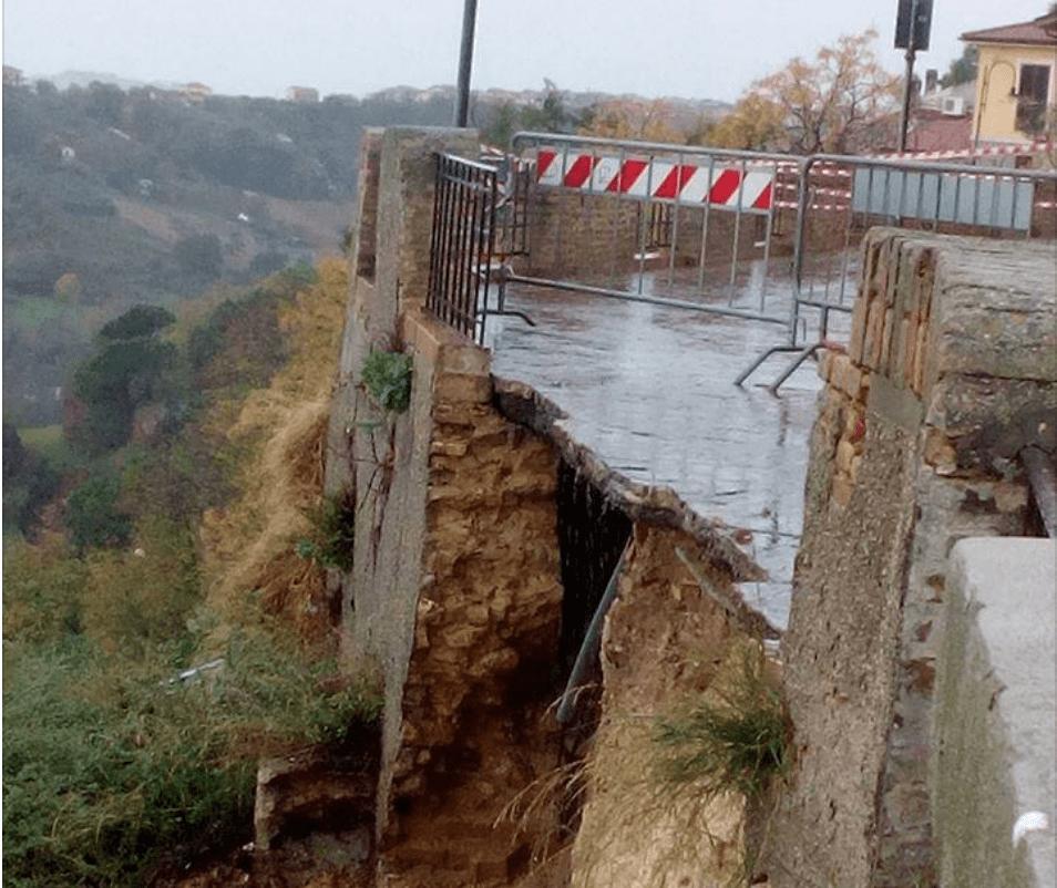 Maltempo - Alluvione Abruzzo: crolla il bel vedere di Silvi Paese
