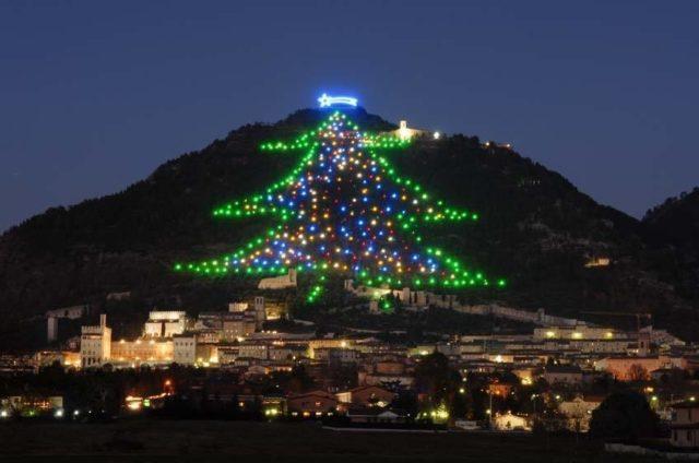 L'albero di Natale più grande del mondo: acceso a Gubbio dallo spazio