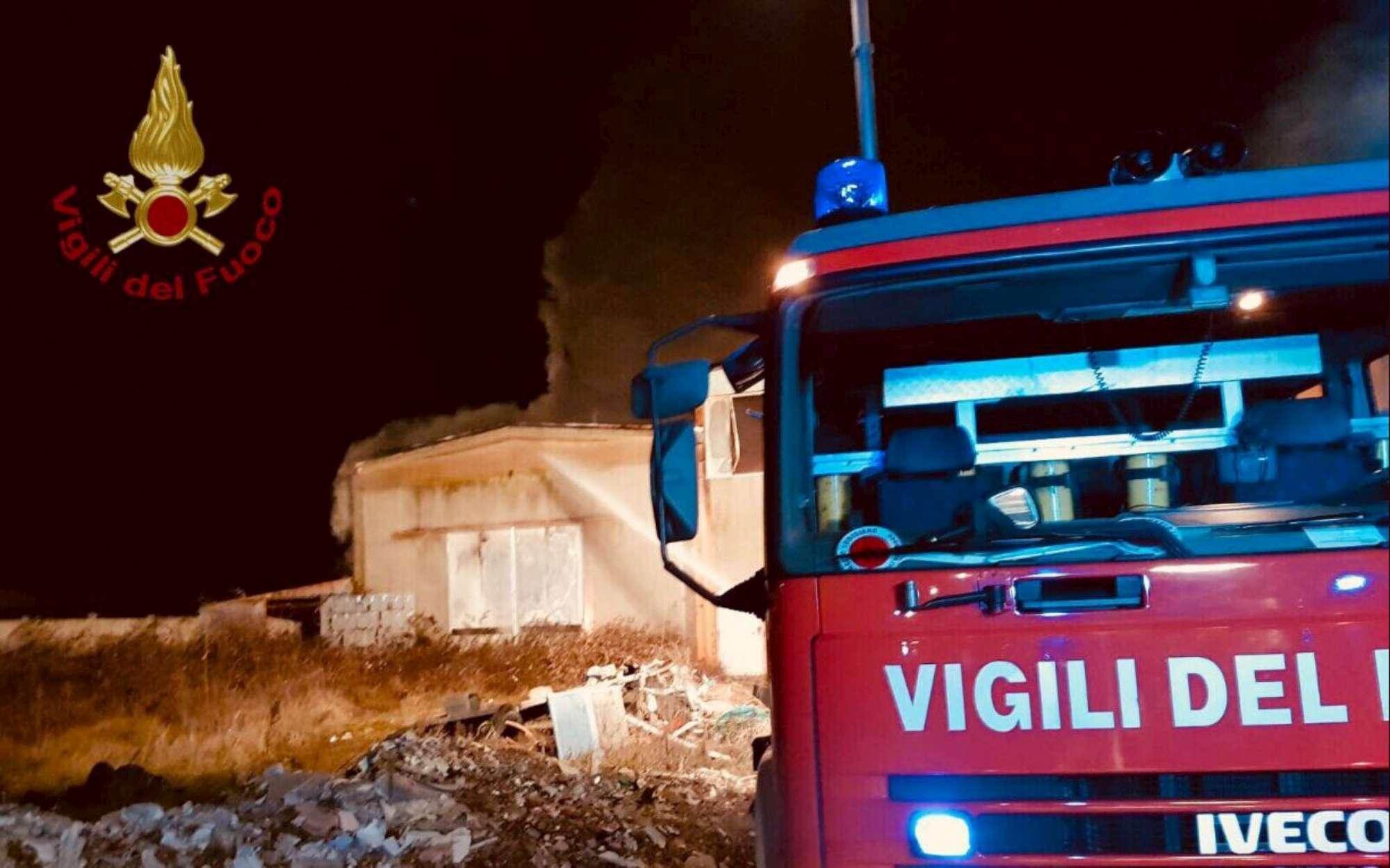 Paura a Pavia: incendio in un capannone di materie plastiche