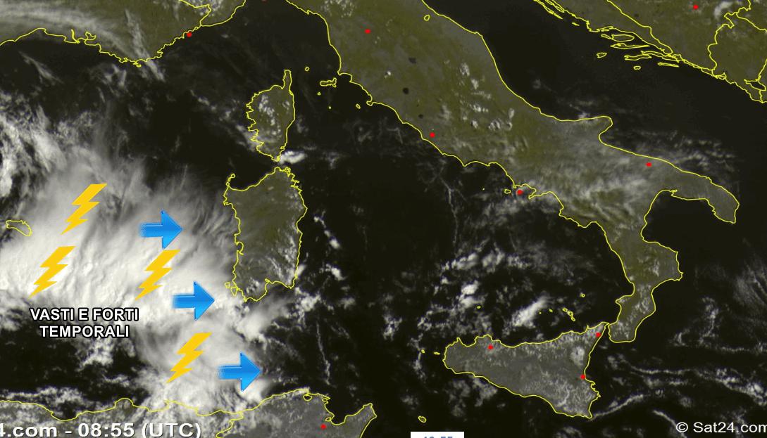 Meteo Napoli, ancora tempo instabile: pioggia e afa fino al weekend