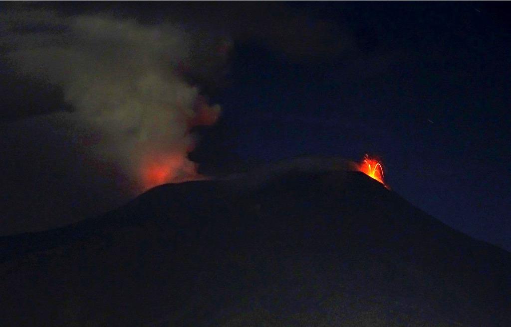 Attività stromboliana sull'Etna - sera del 22 agosto 2018 - foto di Boris Behncke