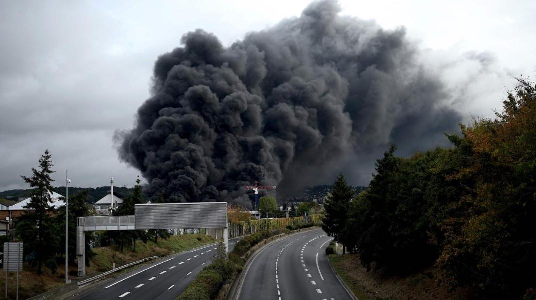 Enorme incendio a Rouen: brucia un pericoloso impianto chimico