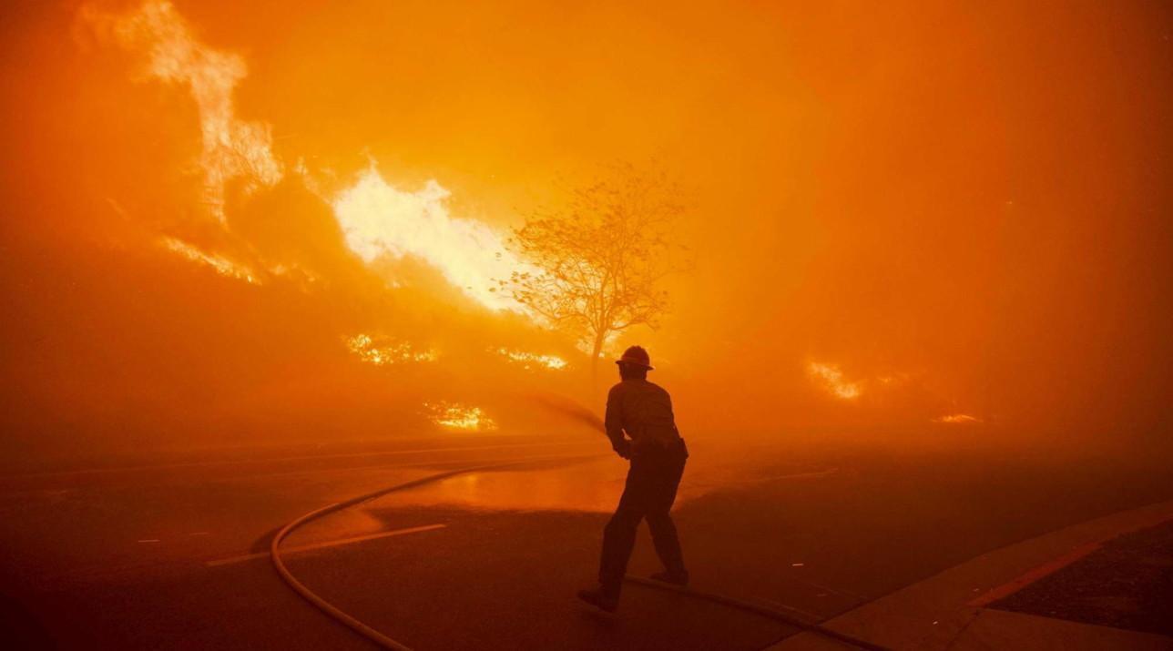 California, allerta per maxi incendio: un morto, 100mila evacuati. La polizia: