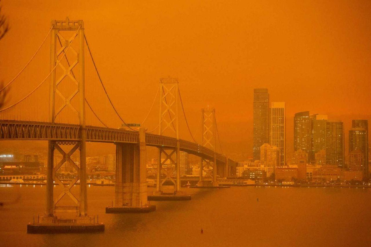 Atmosfera marziana su San Francisco circondata dagli incendi