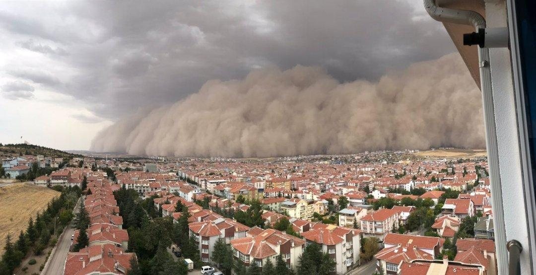 Ankara, tempesta di sabbia si abbatte sulla città oscurandola